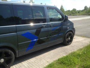 Operatives Marketing per Fahrzeugwerbung auf einem VW T5, Firmenfahrzeug der Unternehmensberatung X-Konzept.